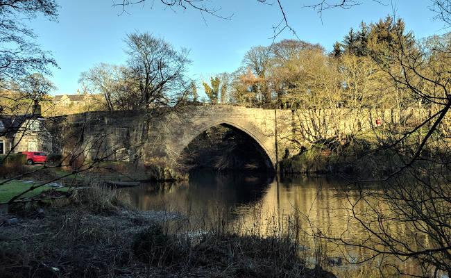 Il Ponte O'Balgownie che attraversa il fiume Don.