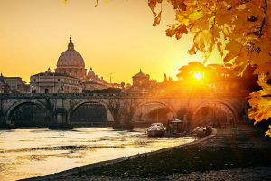 Roma, tramonto sul fiume Tevere.