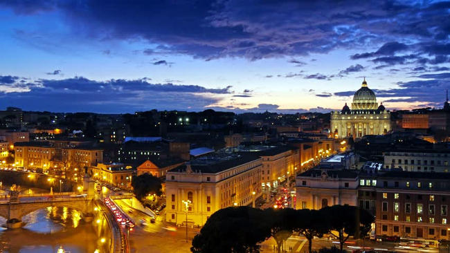 Roma, vista serale del Vaticano con la Basilica di San Pietro.
