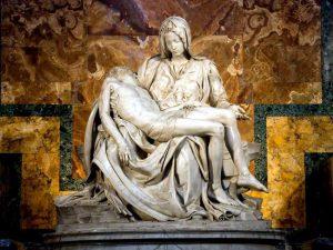 La Pietà di Michelangelo, statua nella Basilica di San Pietro.