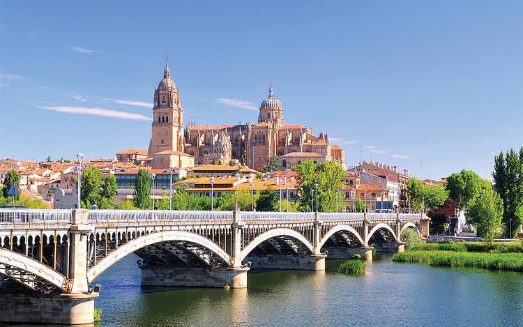 La bellissima città spagnola di Salamanca con la grande cattedrale.