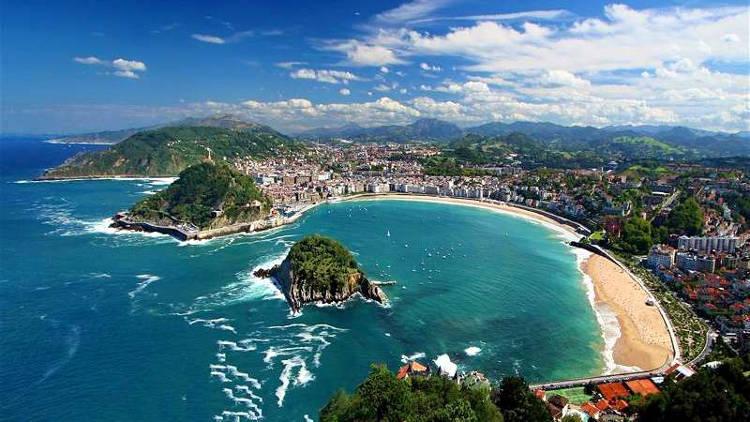 San Sebastian con la bellissima baia de la Concha e la spiaggia.