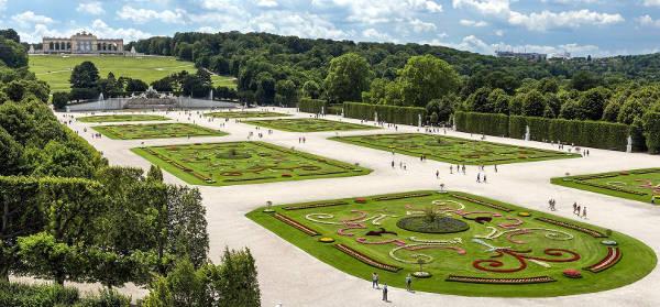 Vista del parco e dei giardini del castello di Schoenbrunn a Vienna.