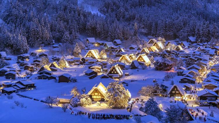 Il villaggio di Shirakawa-go sulle Alpi giapponesi con la neve.