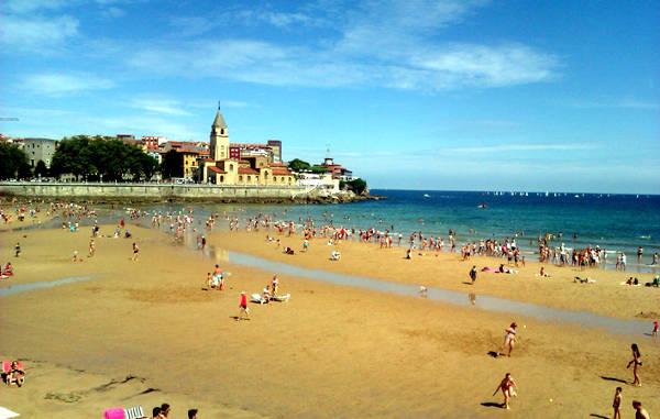 Spagna, la spiaggia San Lorenzo a Gijon.