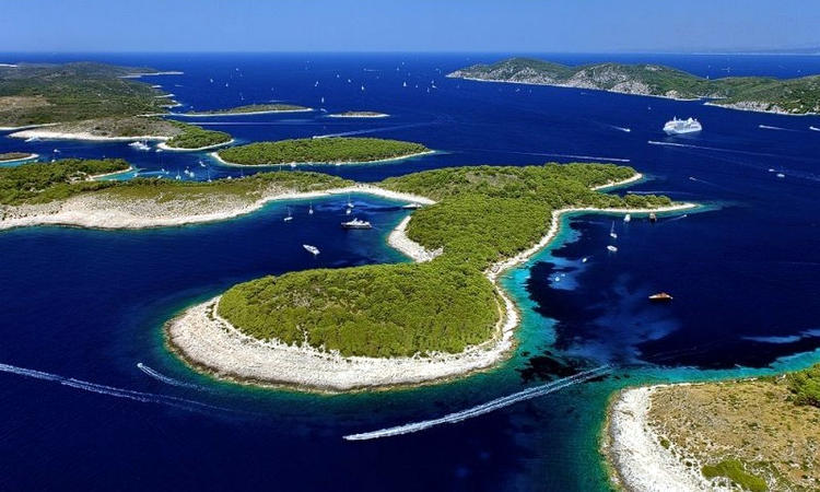 Le bellissime spiagge delle isole Pakleni vicino Hvar.