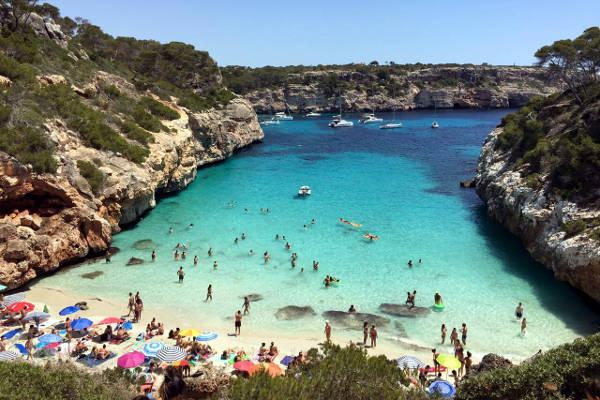 Una bellissima spiaggia di Palma di Maiorca, alle isole Baleari spagnole.