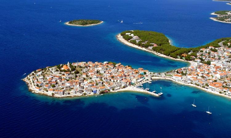 La spiaggia di Raduca a Primosten, in Croazia continentale.