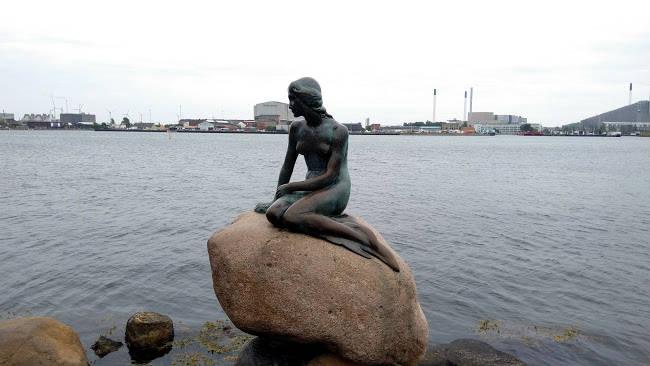 La statua della Sirenetta a Copenhagen, il monumento più visitato in Danimarca.