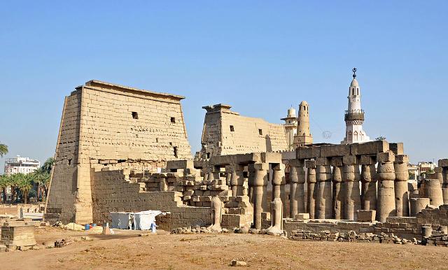 Parte del tempio di Luxor con il colonnato e la moschea.