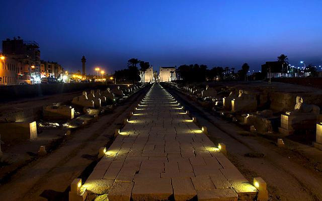 Il tempio di Luxor di notte.