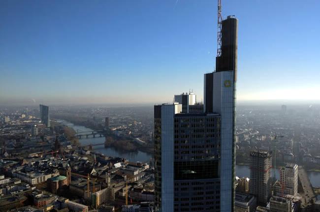 La Torre Commerzbank vista dalla Torre del Meno di Francoforte.