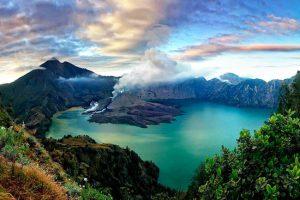 Il lago nella bocca del vulcano Rinjani a Lombok.