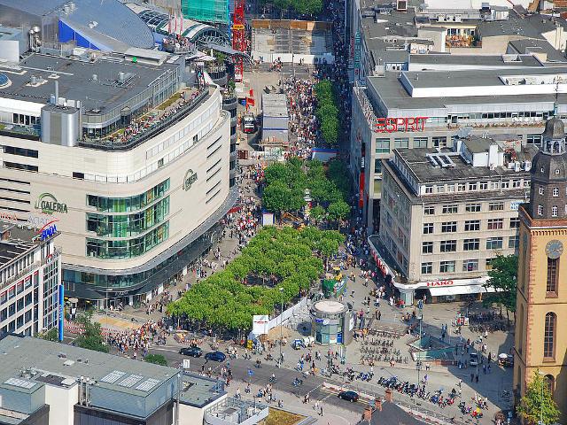 Il viale Zeil a Francoforte, sede di centri commerciali e negozi per lo shopping.