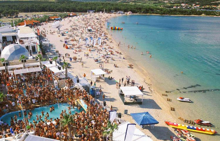 Divertimenti sulla spiaggia di Zrce in Croazia, isola di Pag.